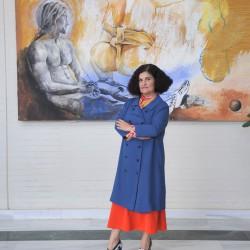 Rufina Santana frente a su obra en el Hotel Salinas